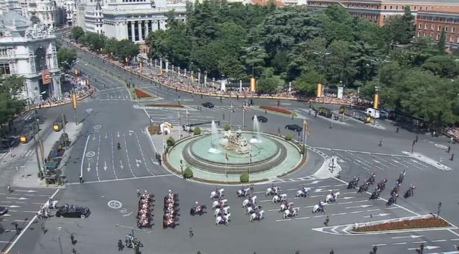 Aspecto de la Plaza de Cibeles durante el paso de la comitiva.