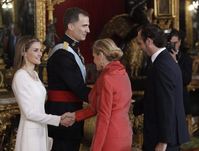 Los reyes Felipe VI y Letizia saludan al president Bauzá y la...
