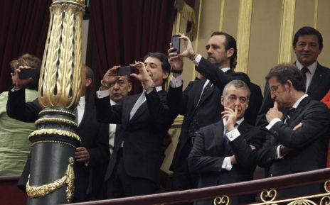 Ignacio González y Bauzá hacen fotografías con sus móviles durante...