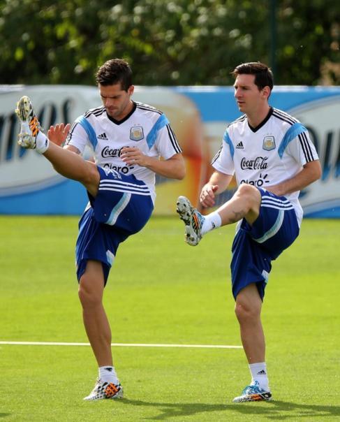 Fernando Gago y Messi durante un entrenamiento con Argentina.