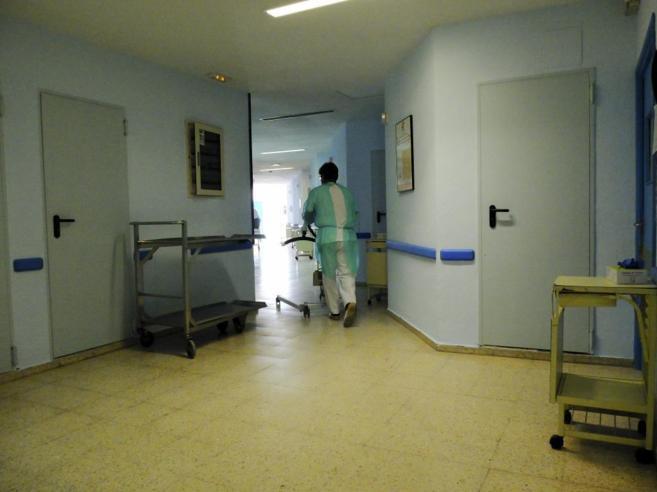 Un empleado del Hospital Carlos III, cumpliendo su turno ayer en el...