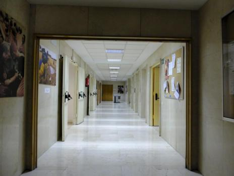 Uno de los pasillos del hospital Carlos III completamente vacío.