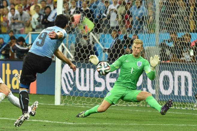 Luis Suárez golpea la pelota en el segundo gol.