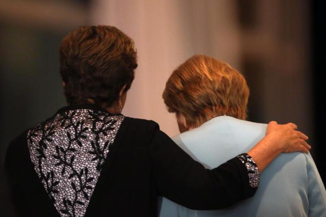 La presidenta brasileña, Dilma Roussef (i) con la canciller alemana,...