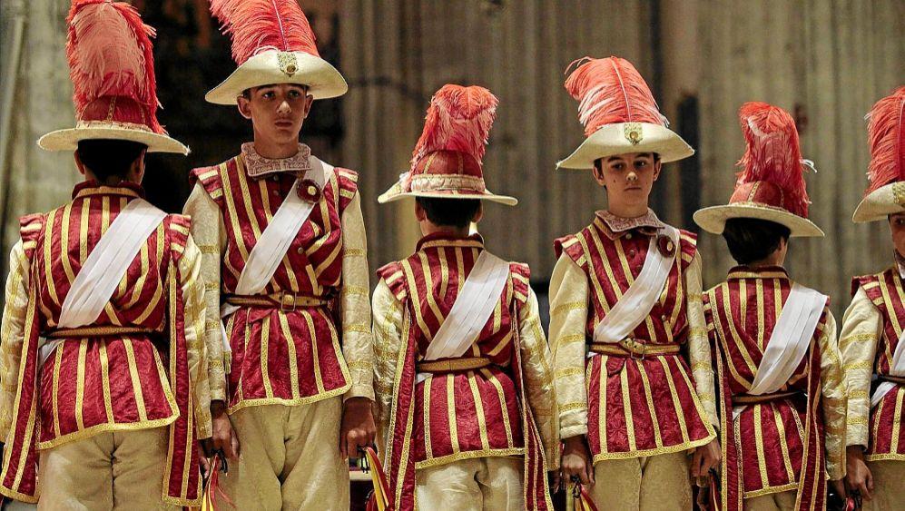 Los Seises bailan vestidos de rojo en la Catedral como es tradición...