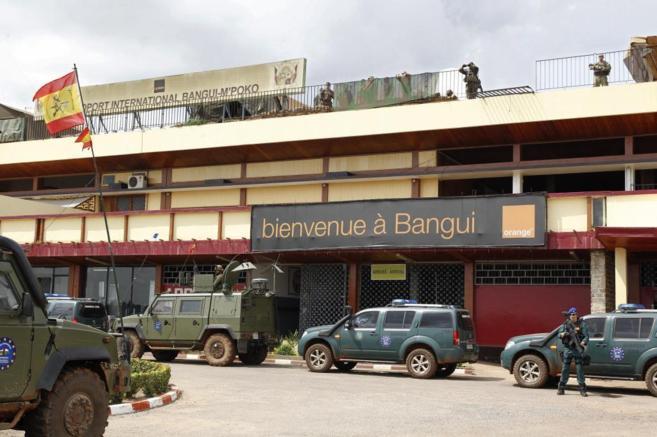 Soldados españoles custodian el aeropuerto de Bangui el pasado 15 de...