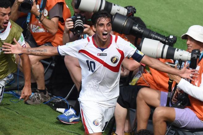 Bryan Ruiz celebra su gol anotado a Italia.