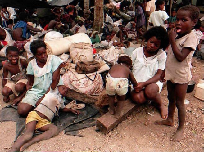 Dos mujeres y sus hijos en el campo de refugiados de Pavarando en...