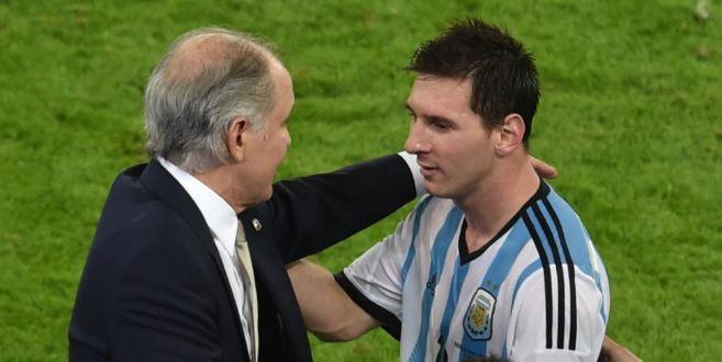 Sabella saluda a Messi después del primer partido frente a Bosnia.
