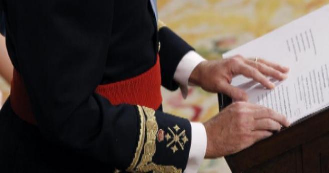 Felipe VI, el jueves, leyendo el discurso de su coronación en el...