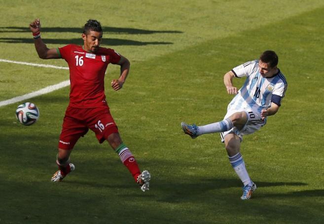 Messi, en el momento de golpear el balón que acabó en gol.