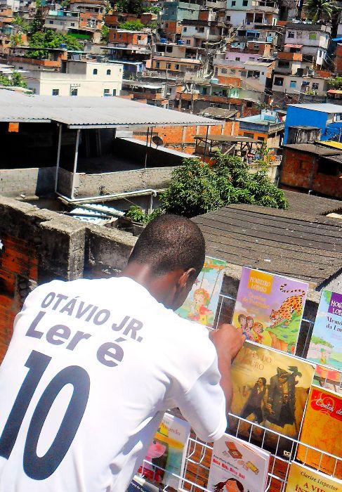 Otávio Júnior, con los libros de su proyecto en el complejo de...