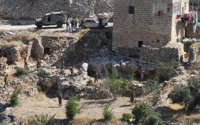Efectivos del Ejército israelí en uno de los registros en Hebrón,...