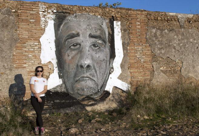 La artista Virginia Bersabé delante de una de sus obras.