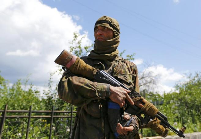 Un separatista prorruso (originario de Uzbekistan), monta guardia en...