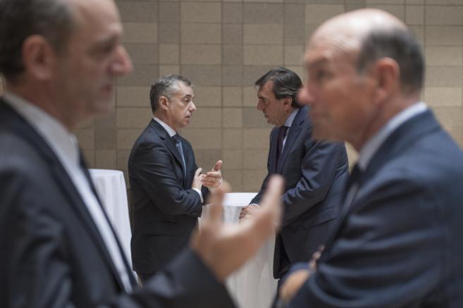 Iñigo Urkullu, al fondo, con Juan José Ibarretxe en primer plano, en...