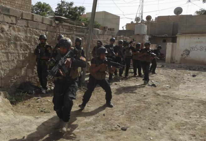 Miembros de las fuerzas especiales iraquíes patrullan en busca de...