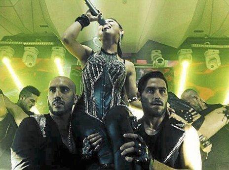 Bailarines españoles con una cantante china en la discoteca Hyper de...