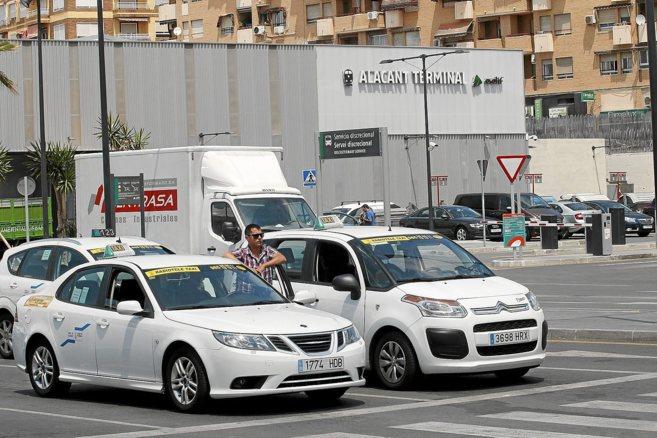 Parada de taxis en la estación del AVE en Alicante.