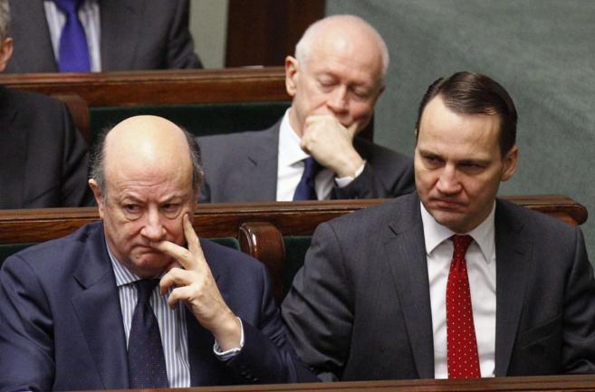 Jacek Rostowski (izda.) y Radoslaw Sikorski (dcha.), durante una...
