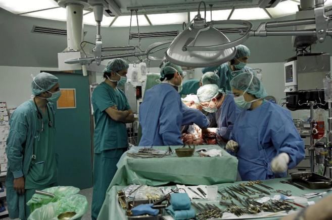 Varios cirujanos realizan un trasplante de corazón en Valladolid.