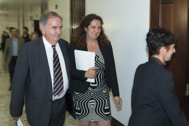 Monika Hernando, acompañada por Álvaro Gil Robles, en la...