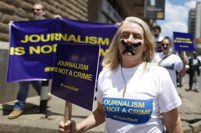 Protestas contra el arresto de los periodistas de Al Yazira.