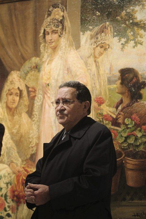 Mariano Bellver, fotografiado ante un lienzo de José Rico Cejudo.