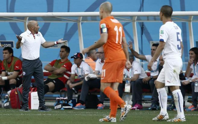 Sampaoli reacciona durante el Holanda-Chile.