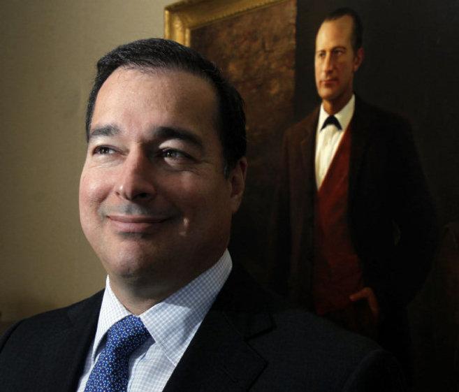 Facundo Bacardí III delante del retrato del fundador de la dinastía,...