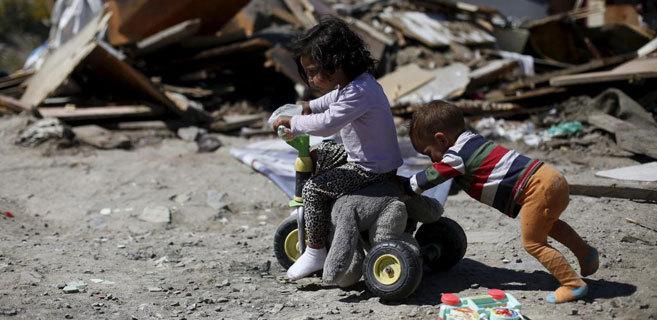 Dos niños juegan en el poblado de El Gallinero, en Madrid