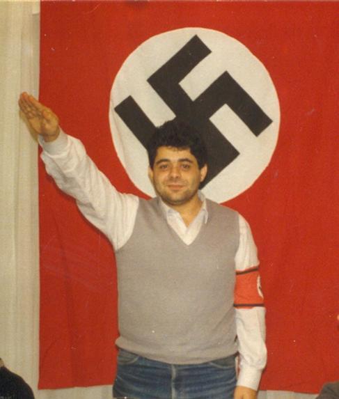 Nikolaos Mihaloliakos haciendo el saludo nazi con el brazo en alto.