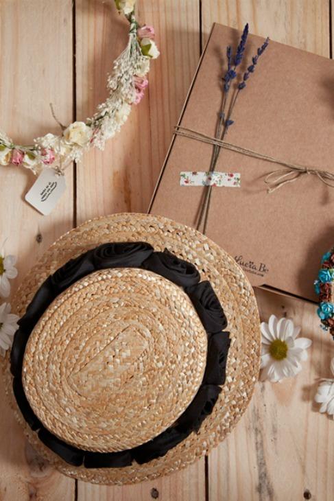 Canotier artesanal de paja trenzada y cinta con flores, de Lucía Be.