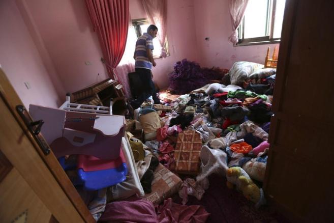 Un palestino observa los daños en su casa tras un registro de las...