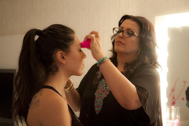 La maquilladora Rea Ann Silva, probando su revolucionaria esponjita...