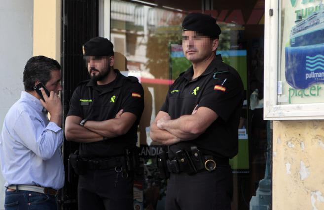 Agentes de la Guardia Civil en la sede de una de las empresas...