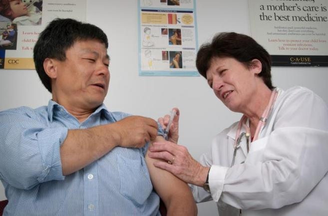 Un hombre recibe una vacuna contra la tos ferina en EEUU.