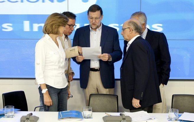 Rajoy, Cospedal, Montoro y otros miembros de su equipo en la reunión...