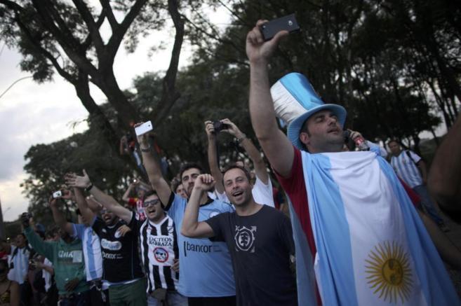 Aficionados argentinos, este martes en Porto Alegre.
