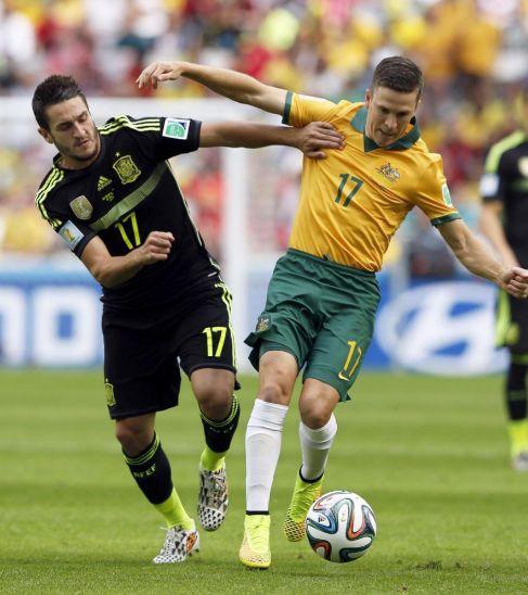 Koke (izq.) lucha un balón con el australiano McKay.