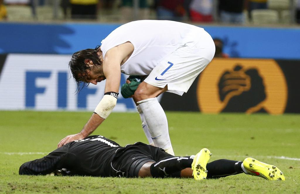 Giorgios Samaras consuela al portero marfileño tras la eliminación...