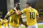 Jackson Martínez (izq.) y James Rodríguez festejan uno de los goles...