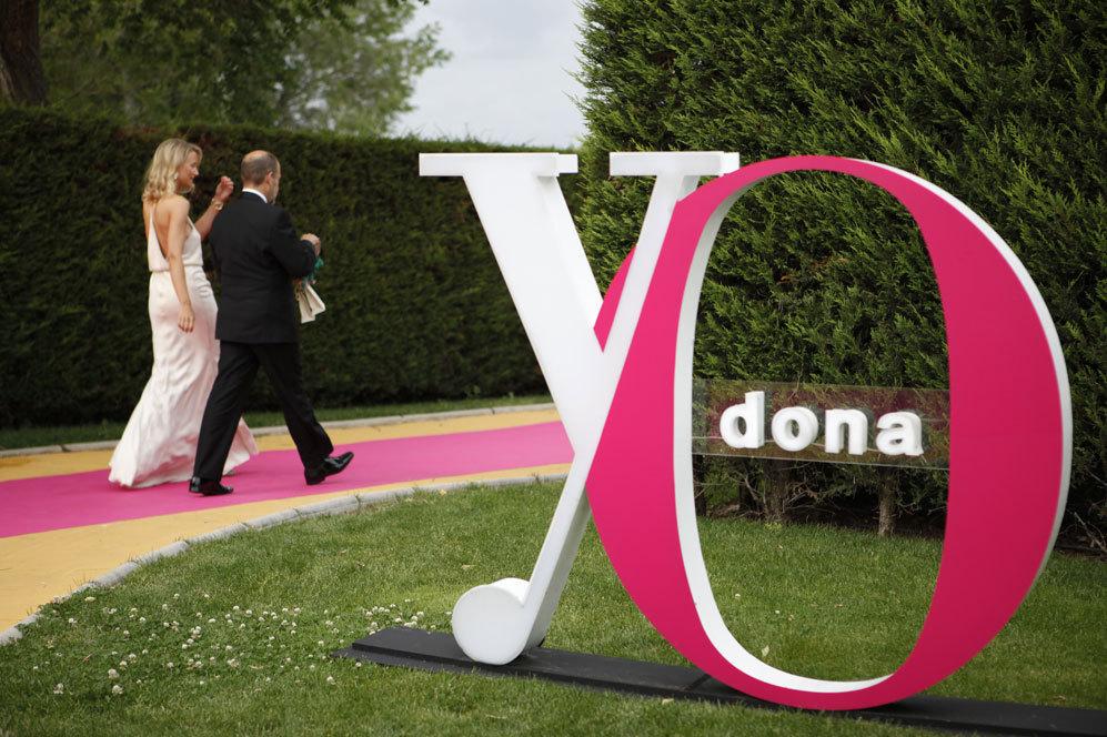 El logo de YO DONA daba la bienvenida a los invitados a su llegada al...