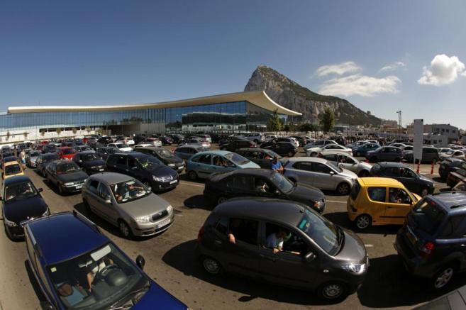 Colas de coches esperan para cruzar la verja de Gibraltar.