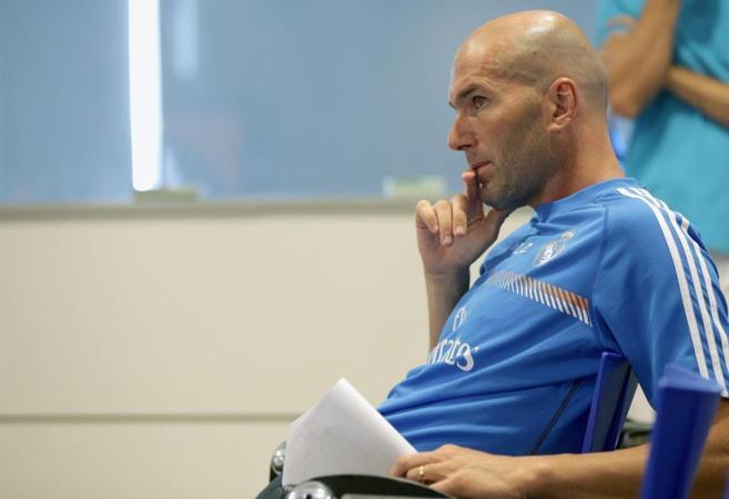 Zidane, atiende a una charla técnica.