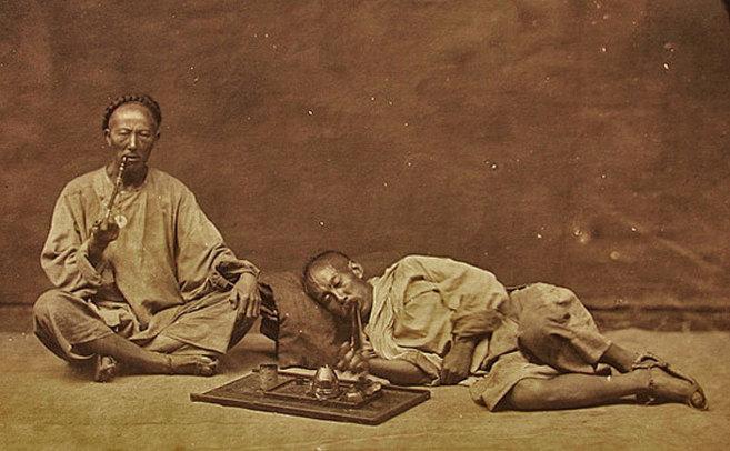 Adictos al opio en un fumadero de China.