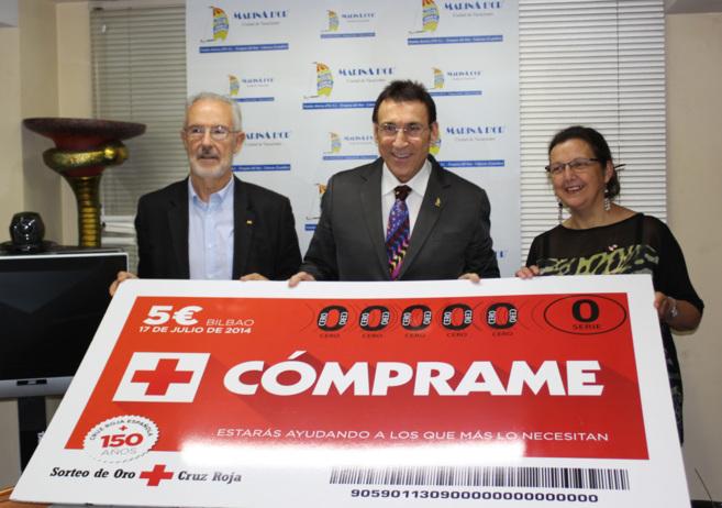 Los responsables de Cruz Roja con Jesús Ger, presidente de Marina...