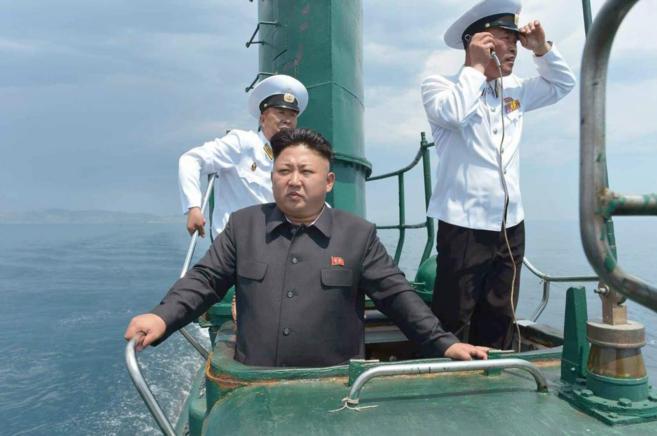 El líder norcoreano, Kim Jong-un, a bordo de un submarino en aguas de...