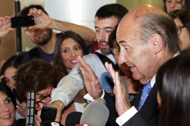 Miquel Roca atendiendo a los medios tras conocer el auto que mantiene...