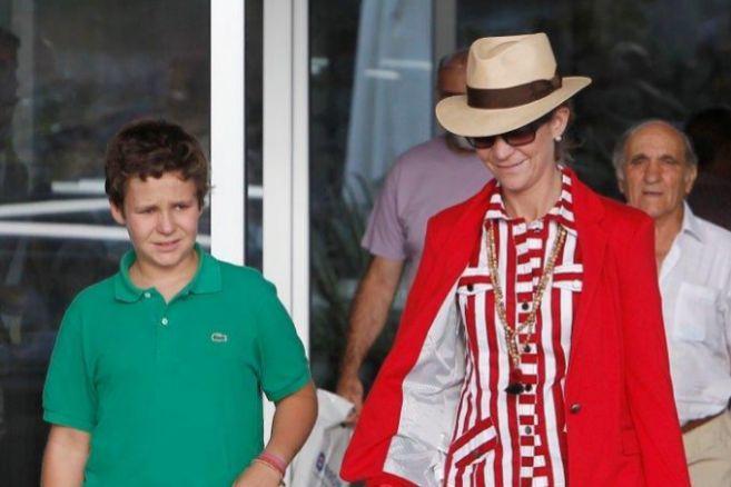 Felipe Juan Froilán y la Infanta Elena, saliendo de visitar al Rey...